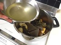 鍋におでんの材料、昆布の戻し汁、調味料を加える