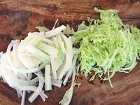 部位に合わせて白菜を千切りにする
