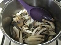 バターできのこを炒め、塩コショウをふる