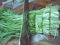 水菜を切ります