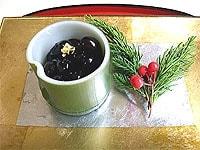 器に黒豆を盛り、金粉を飾る