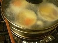 鍋と蓋の間に隙間をあけて蒸す