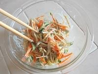 ごぼうサラダを仕上げる