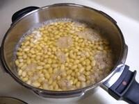 浸け汁ごと大豆を煮る