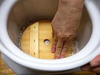 味噌の表面にラップを敷き落とし蓋、1kgの重石をのせる