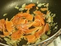 エシャロットを炒め、サーモンを入れる