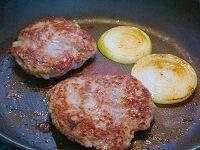 フライパンでパテと玉ねぎを焼く