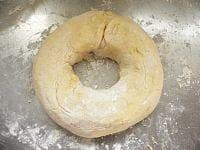 打ち粉の上で、ドーナッツ状に成形