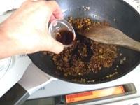紹興酒、醤油、砂糖、コショウを加えさらに炒める