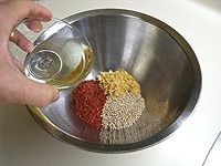 干しエビ、粉唐辛子、白ごま、ごま油(大さじ1)を混ぜ合わせる