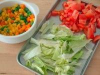 付け合わせの野菜を用意する