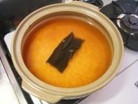 土鍋に米、昆布、調味料を入れる