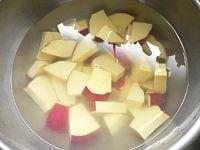 さつま芋は1cm厚の銀杏切りにし、水につけてアク抜き