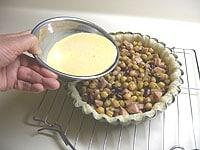 パイ生地に具入れ、卵液を流し入れる