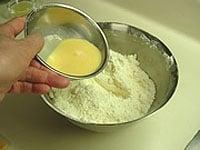 砂糖、牛乳と卵液を加える