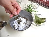 粗塩とスパイス、ハーブを混ぜ合わせ、ハーブ塩を作る