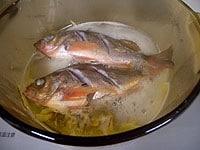 鍋に入れ、めばるの皮に焼き色をつけ、白ワインをふりかける