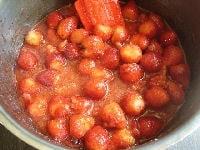 イチゴやグラニュー糖を火にかける