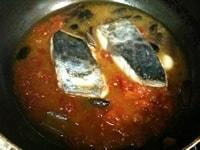 トマトの水煮、調味料を加え、弱火で煮込む