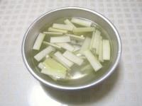 うどを短冊状に切り、酢水につける
