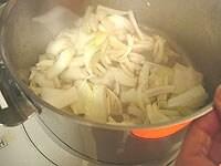 にんにくと玉ねぎを炒める