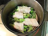 蒸し器に魚を並べ白ワインを振り、15分蒸す
