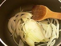 玉ねぎとニンニクを炒める