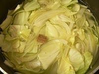 キャベツ、スープ、ツナを加えて煮る