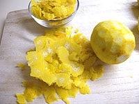 レモンの皮を薄くむき、果汁を絞る