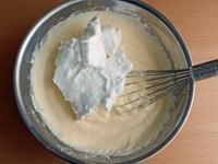 メレンゲを加え、混ぜ合わせる。