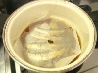 落とし蓋をし、いわしを煮る
