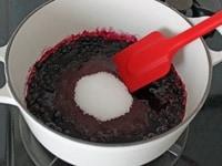グラニュー糖を加え、煮る
