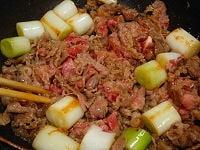 牛肉を加えて炒める