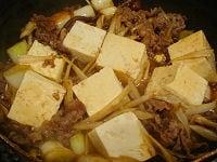 豆腐を加え、調味料を加えて煮込む