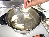 沸騰した湯で茹で、氷水で冷やす