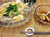 氷を入れた器に餃子、錦糸卵、香菜を飾り、酢醤油を添える
