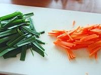 にんじん、にら、豆腐を切る