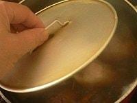 落とし蓋と着せ蓋をして、20分ほど煮る