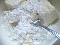 耐熱容器に豆腐と片栗粉を入れてつぶす