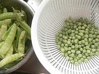 米をといで、さやから豆をとりだす