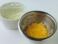 玉ねぎとパン粉、溶き卵を用意する