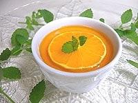 セミフレッドにオレンジキャラメルソースをかける