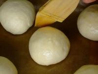 ツヤ出し用の溶き卵を塗る