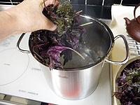 沸騰した湯に入れ、中火で5分煮る