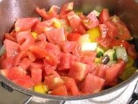 トマトを加えて、弱火で煮る