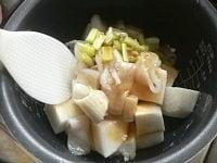 生姜と調味料を入れ、混ぜてスイッチオン