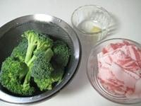 ブロッコリー、豚肉は一口大に、ニンニクはすりおろす