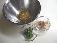 ボウルにごま油、すりおろしニンニク、生姜を入れる