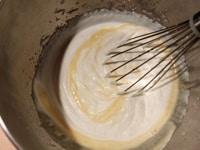 生クリームとバニラ液を混ぜる