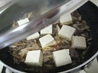 豆腐を加えて、約15分、中~弱火で煮る